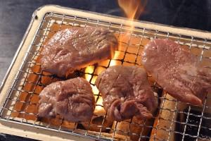 冷凍の牛タンをお送りいただき、 焼く前、炭焼き、焼いた後の皿盛りを撮影いたしました。 お肉のシズル感を表現できるように注意いたしました。 炭焼きの撮影も弊社で行うことができます。