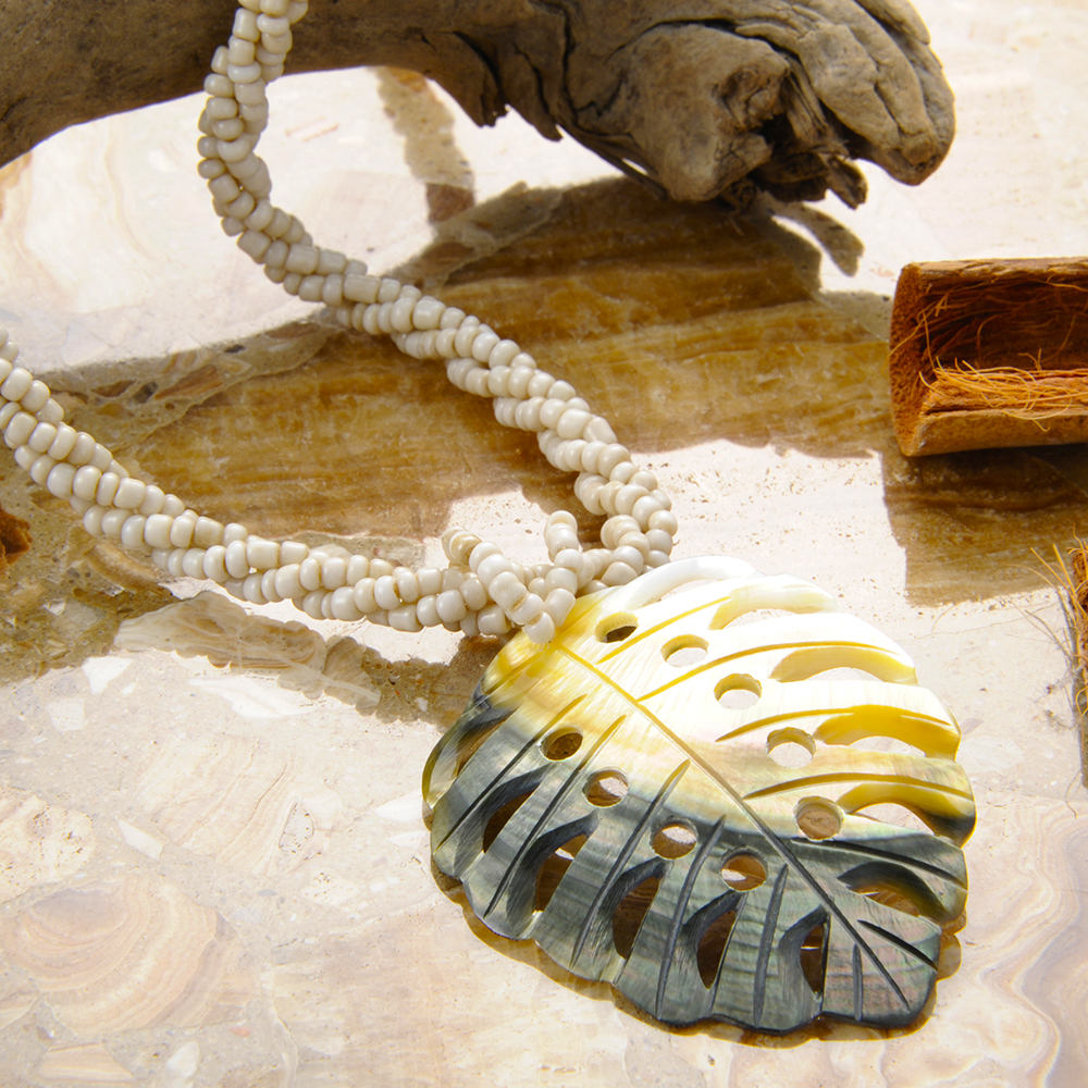 大理石のボードを下地に使用してココナッツの殻をアクセントに配置しイメージ撮影