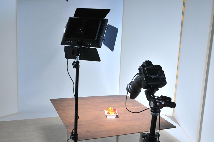 カメラ側のすぐ横から照明して撮影